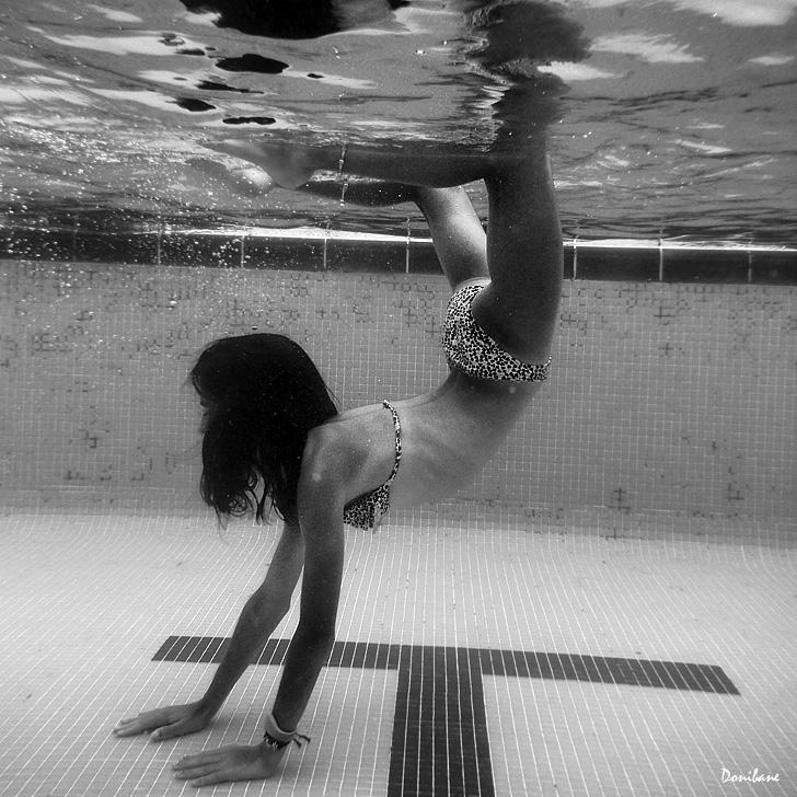 Debajo del agua en b&w por Donibane