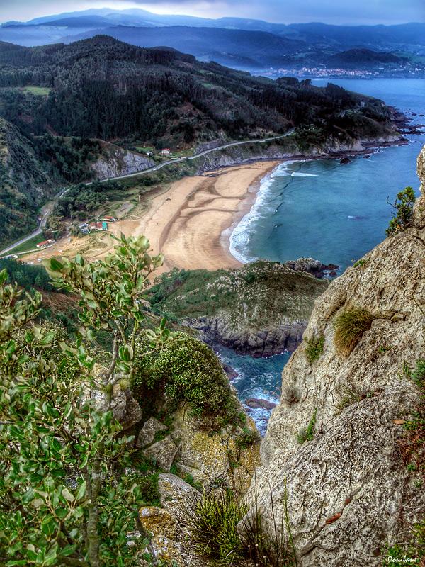 Una vista de la playa de Laga desde el alto de Ogoño (Bizkaia), por Donibane